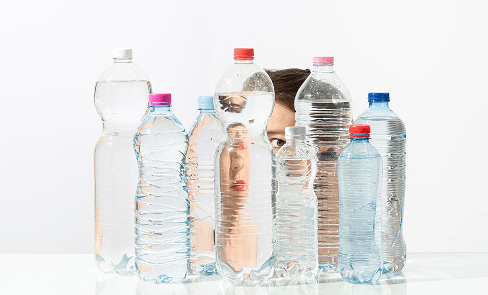 Moeder, waarom drinken wij water uit plastic?