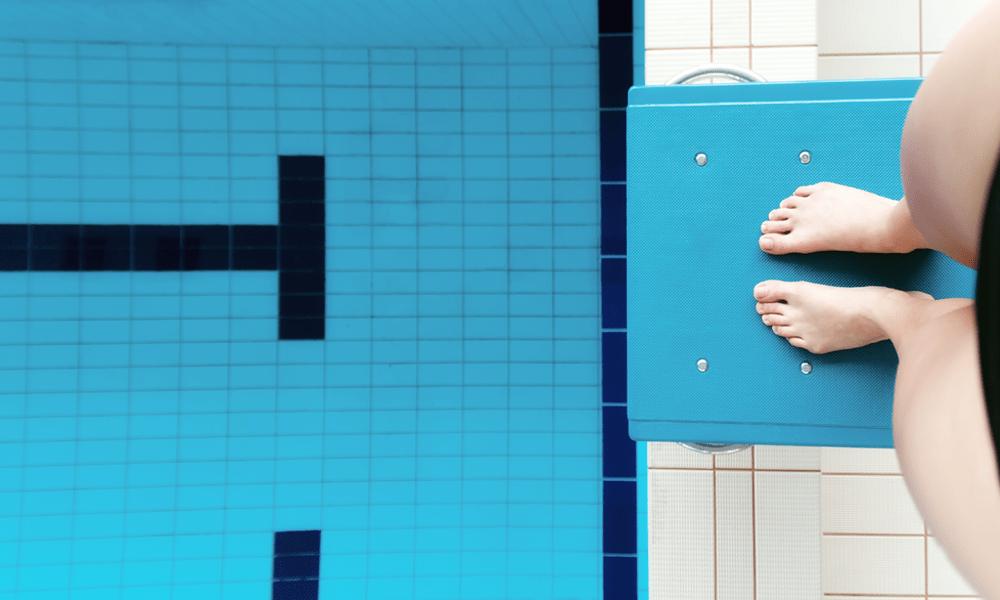 Aan alle bange badpakjes, aan de kant van het zwembad